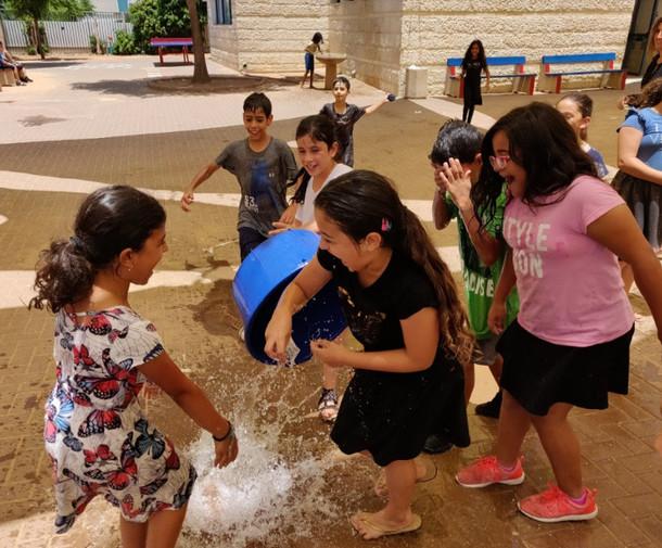 Water game during a break. Amizur Nachshoni
